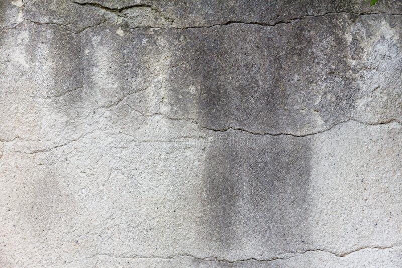 水泥灰色墙壁 在墙壁的浅深镇压 免版税库存照片