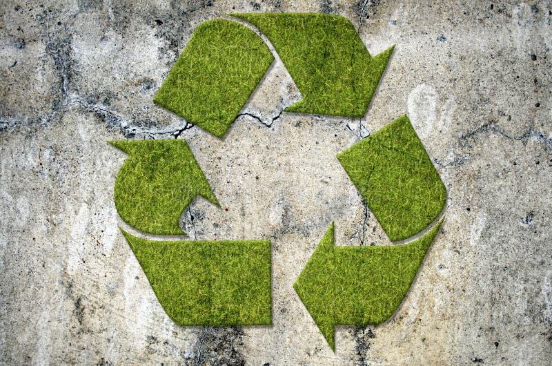 水泥绿色回收的符号墙壁 免版税库存照片