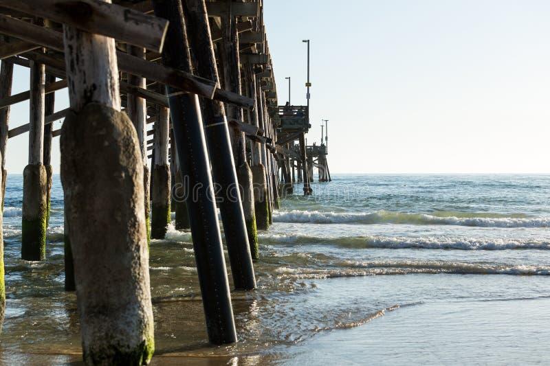 水泥被盖的海洋码头低潮西海岸 库存图片