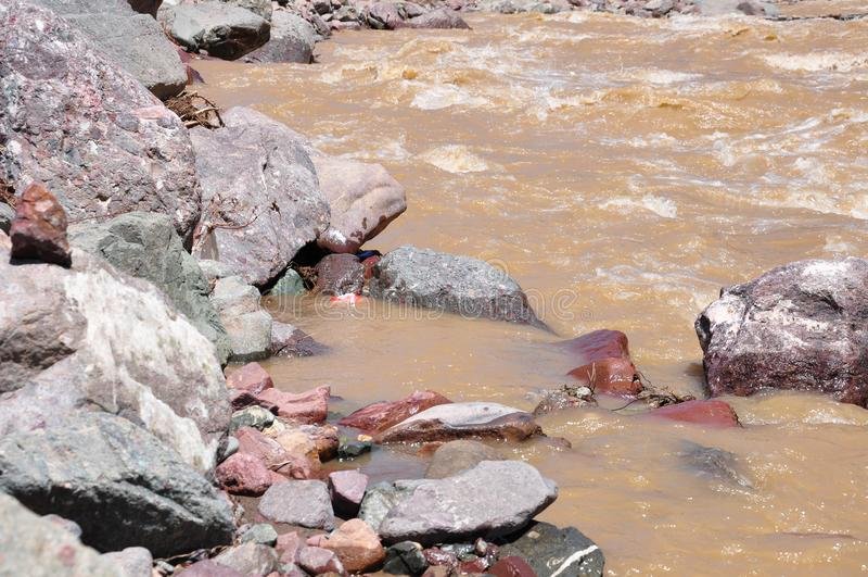 水流动和小卵石 免版税库存照片