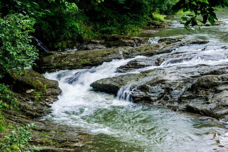 水流程在有1/15秒曝光的一条山河  免版税库存照片