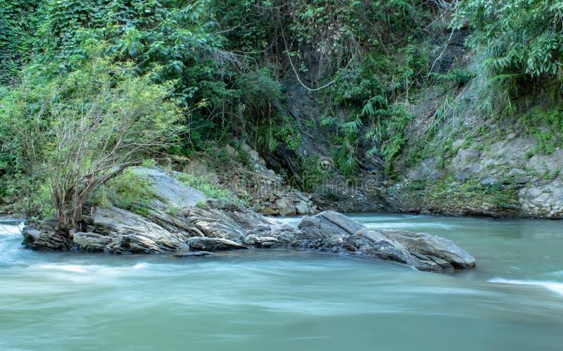 水流量通过在一条小河的岩石在王楠Pua 免版税图库摄影
