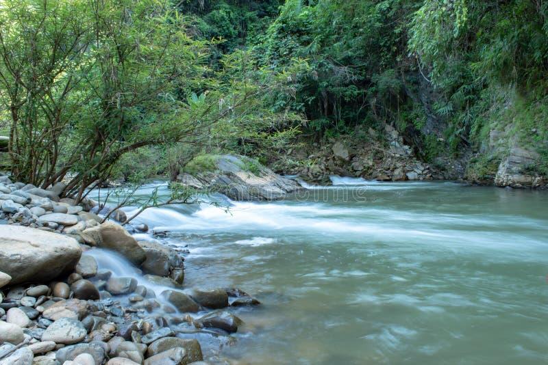 水流量通过在一条小河的岩石在王楠Pua 免版税库存图片