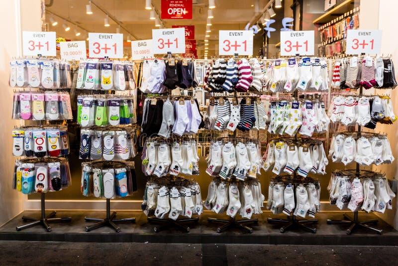 水源,韩国- 2017年6月14日:与袜子的陈列室在大街在水源在晚上 免版税库存图片