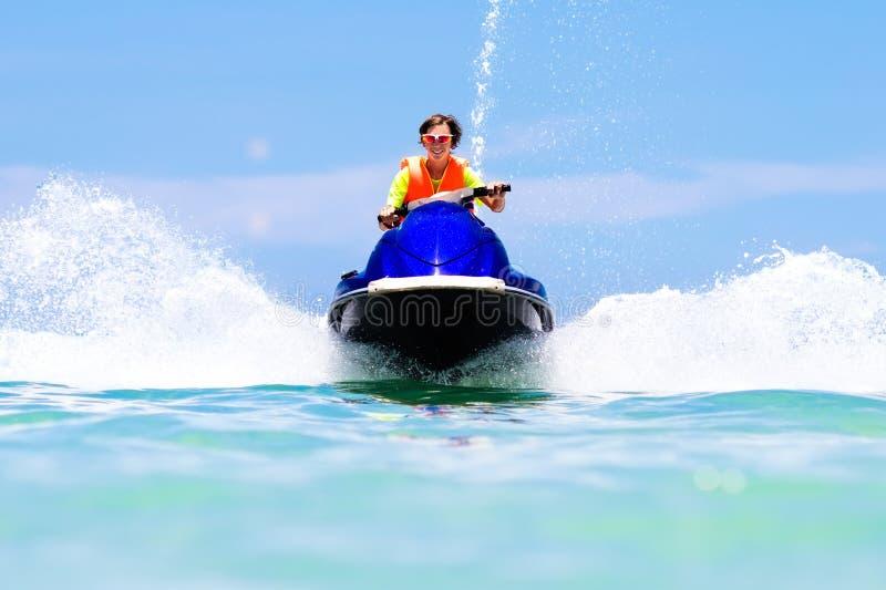 水滑行车的少年 青少年的年龄男孩滑水竞赛 库存照片
