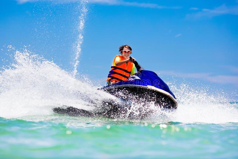 水滑行车的少年 青少年的年龄男孩滑水竞赛 免版税库存照片