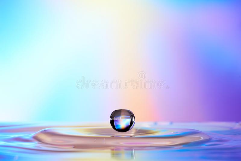 水滴下跌对水波的表面 免版税库存图片