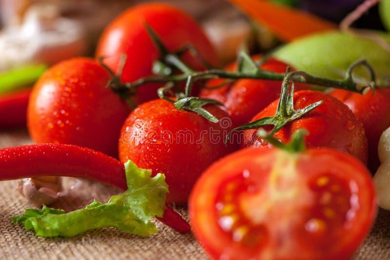 水滴在红色蕃茄美丽的照片的 免版税库存照片