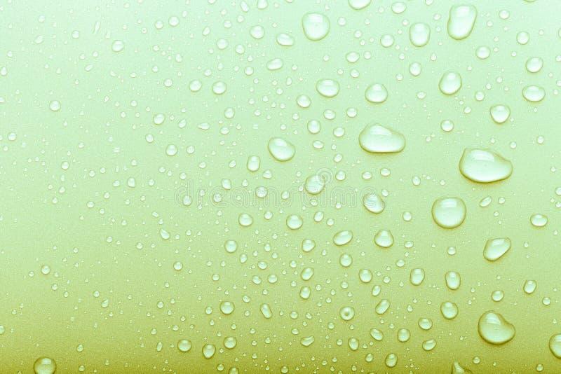 水滴在颜色背景的 r ?? o 免版税库存图片
