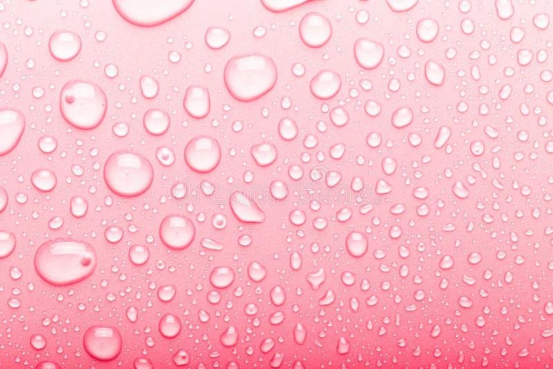 水滴在颜色背景的 r , o 库存照片