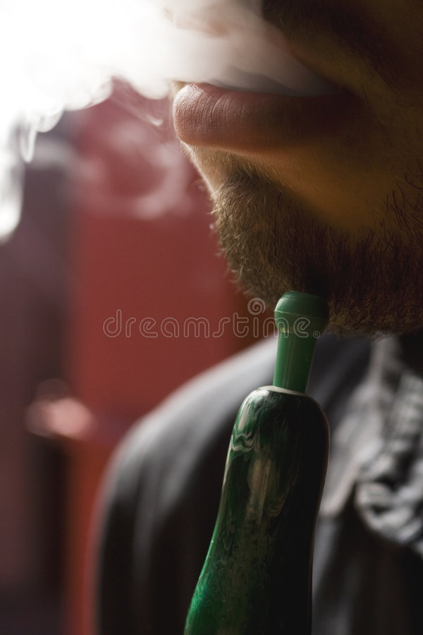水烟筒人抽烟 图库摄影