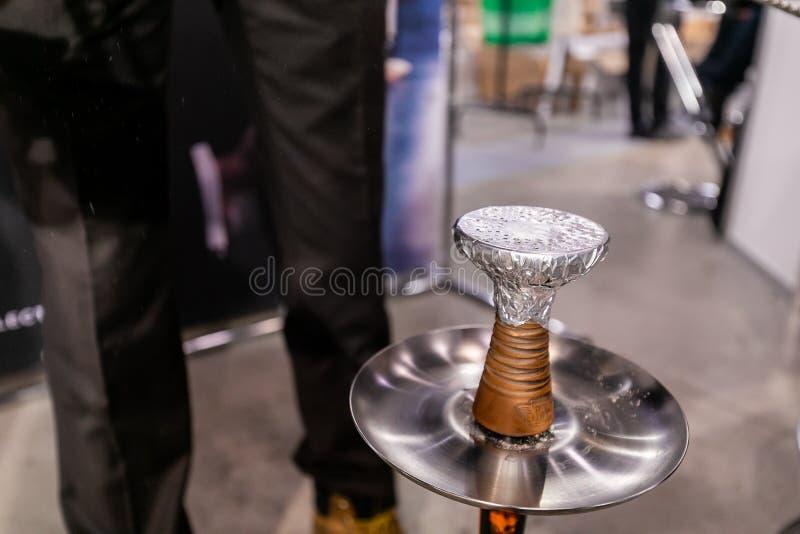 水烟筒侍者一个Shisha管子为抽烟做准备 免版税库存照片