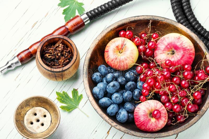 水烟筒用用莓果和苹果 免版税库存图片