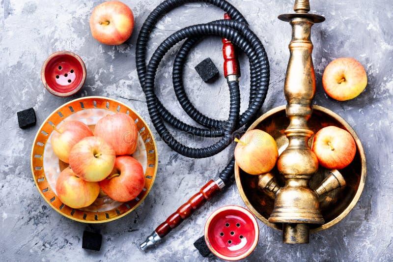 水烟筒用苹果为放松 图库摄影