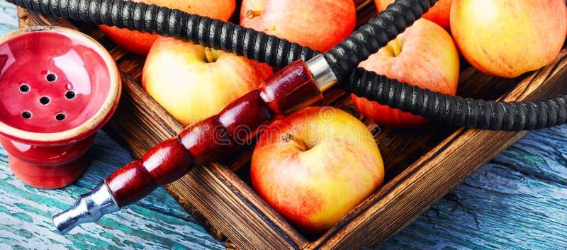 水烟筒用苹果为放松 免版税库存照片