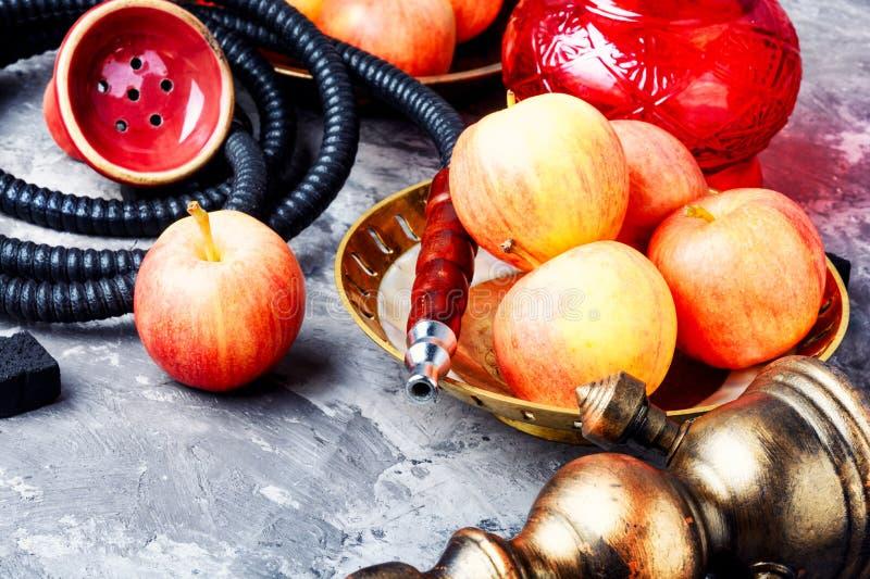 水烟筒用苹果为放松 免版税图库摄影