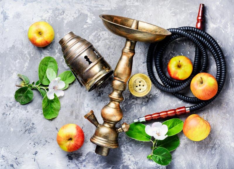 水烟筒用苹果 免版税库存图片