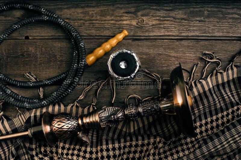 水烟筒的被取消的部分在木背景的 库存图片