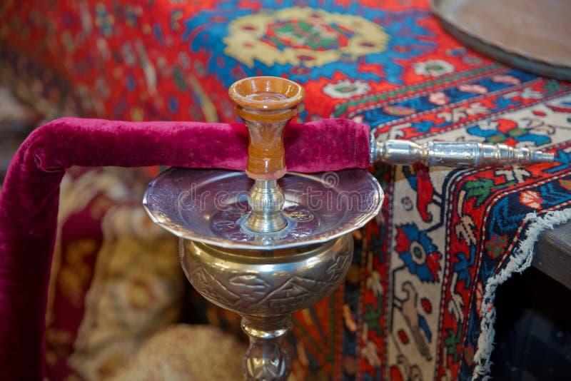 水烟筒装饰用葡萄和切片葡萄柚 铜勾子 在shisha碗时髦的东方shisha的水烟筒热的煤炭 库存图片
