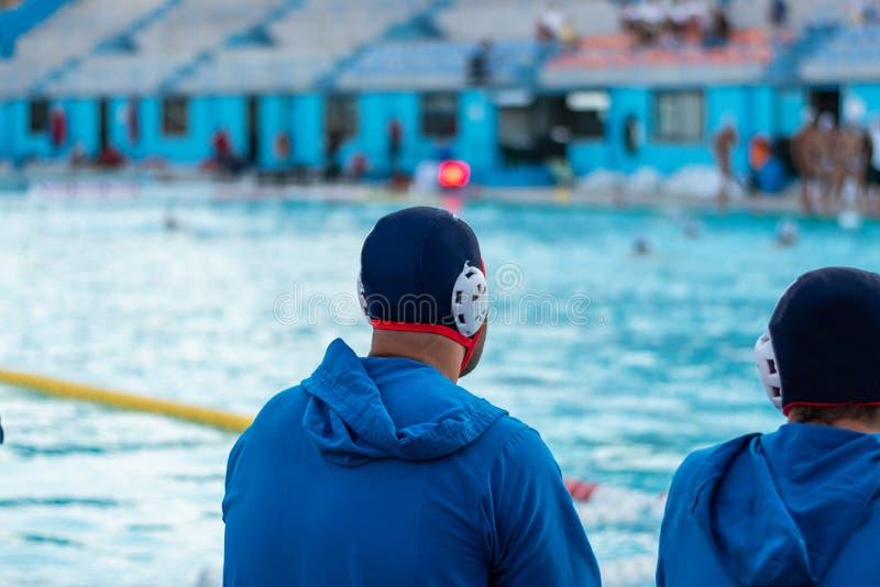 水球球员观察比赛 免版税库存照片