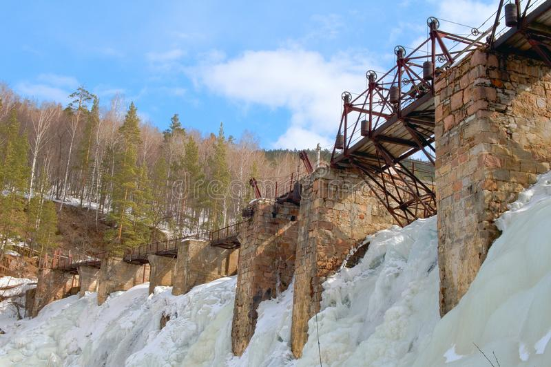 水电厂Porogi门限大萨特卡河在冬天 库存图片