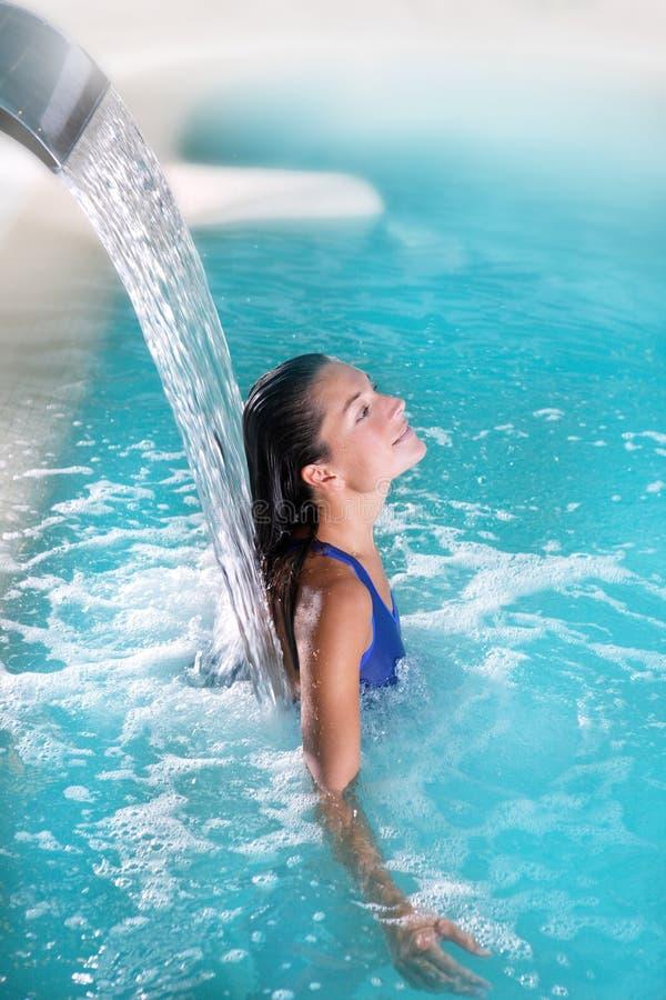 水疗法喷气机温泉瀑布妇女 图库摄影