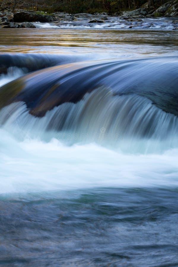 水的垂直的秋天在光滑的岩石的在一个冬天环境美化 免版税图库摄影