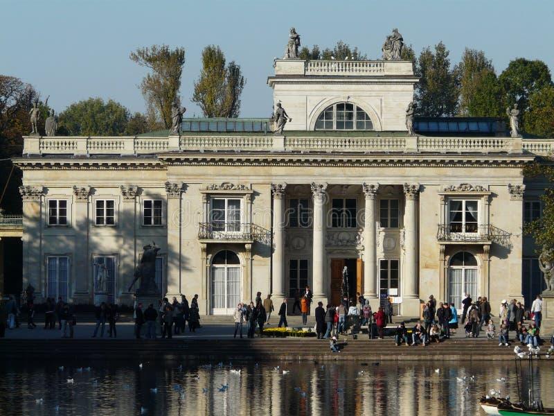 水的奥斯陆王宫在瓦金基公园,华沙 免版税图库摄影