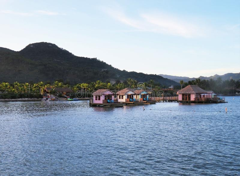 水的小屋在琥珀色的小海湾巡航在普拉塔港,多米尼加共和国端起 库存图片