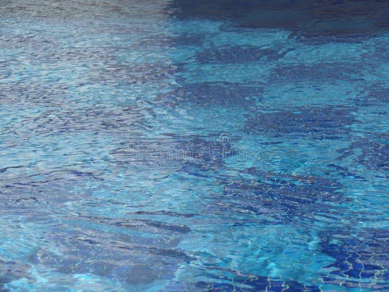 水的接近的图象在游泳场的 免版税库存图片