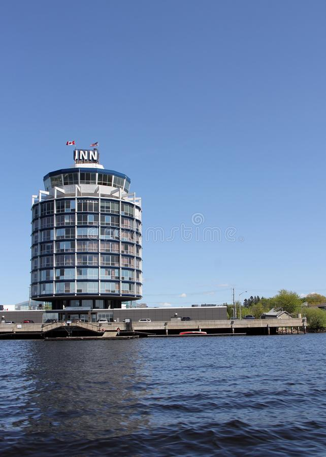 水的旅馆, Kenora,从伍兹湖水  免版税库存照片