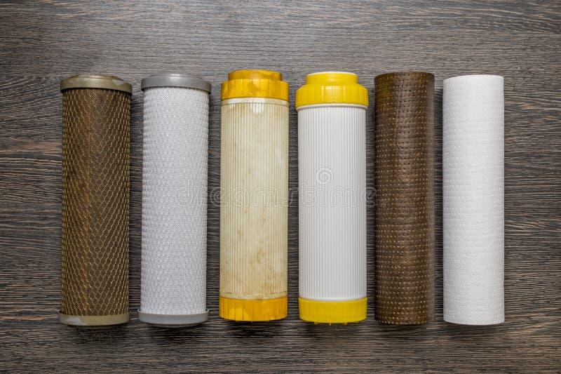 水的老和新的滤筒 净水的新和使用的块过滤器在设备配管管子,过滤器为 库存图片