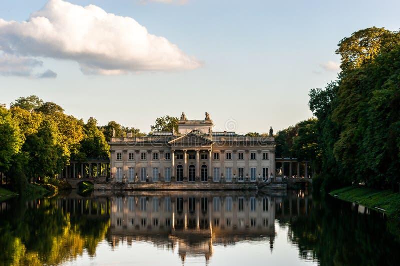 水的Lazienki华沙宫殿 库存照片