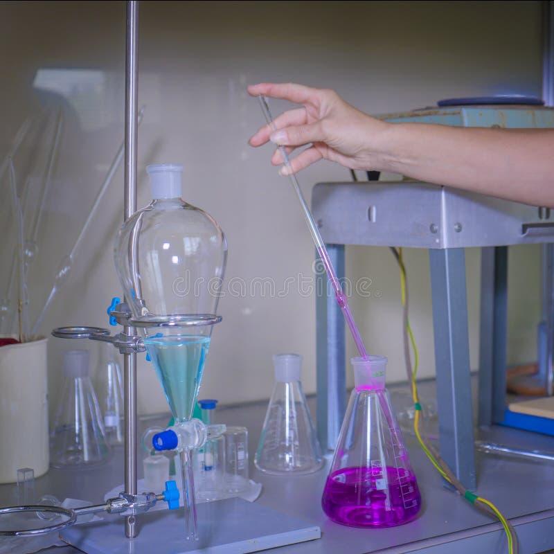 水研究的化工实验室 科学家做与吸移管的化工试验并且分析水为 库存照片