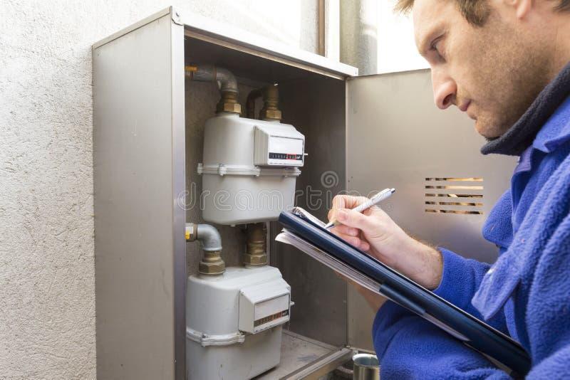 水管工在做消耗量测量的工作 库存图片
