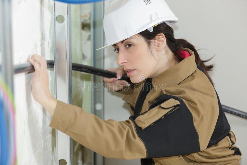 水管工妇女建造者定象加热系统管子 免版税图库摄影