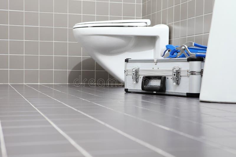 水管工工具和设备在卫生间里,测量深度修理servi 免版税库存图片