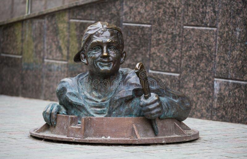 水管工纪念碑在老镇的中心在捷尔诺波尔州,乌克兰 库存照片
