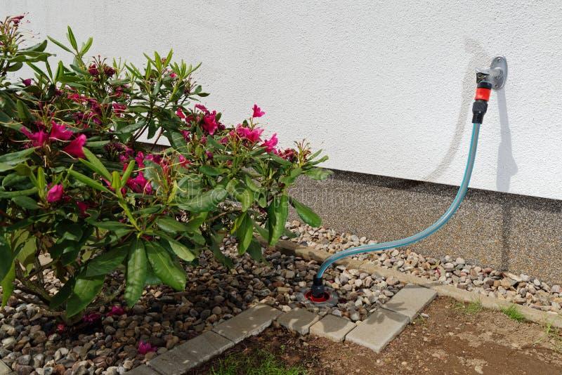 水管道的连接在庭院里 库存照片