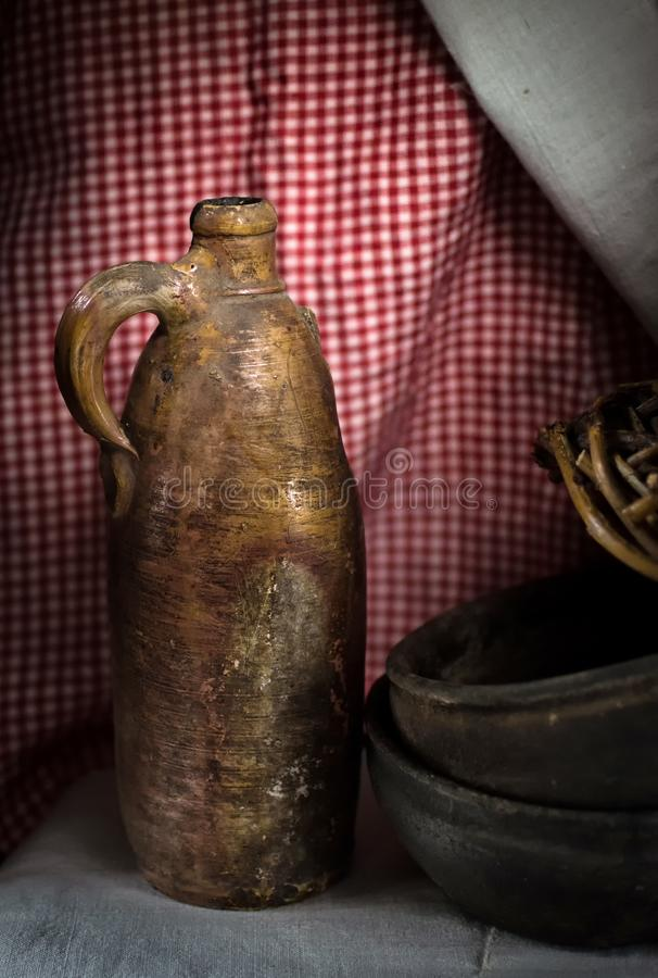 水罐黏土 在亚麻制桌布背景的古色古香的瓦器  免版税库存图片