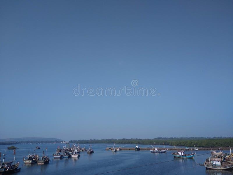 水船和小船在konkan海岸的阿拉伯海 免版税库存照片