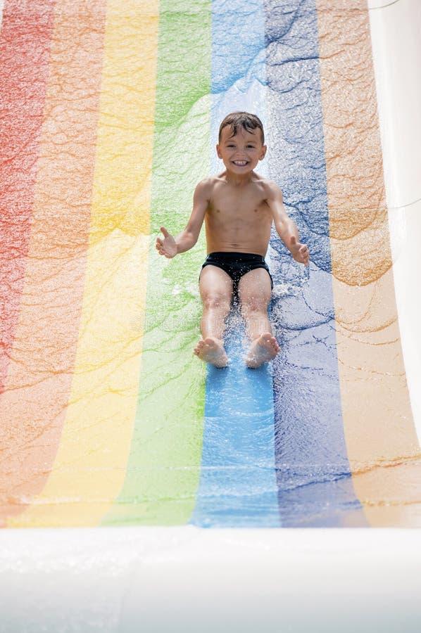 水色公园的男孩 库存图片