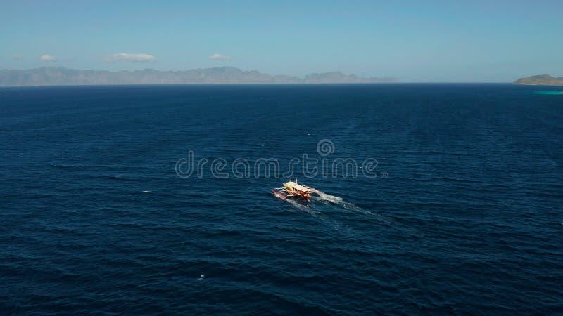 水表面上的菲律宾汽船 免版税图库摄影