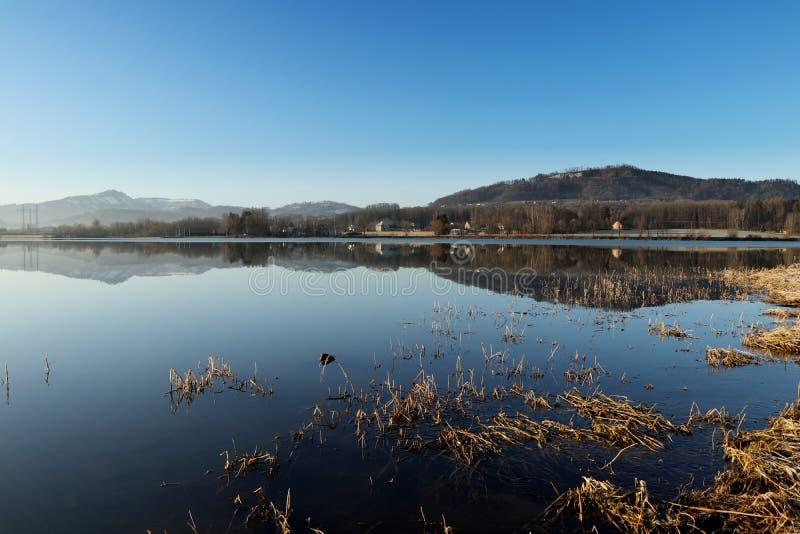 水表面上的难以置信的镜子在Frydek米斯泰克,捷克共和国附近的水水坝 在Olesna水坝的日出 与天空蔚蓝的水库 免版税图库摄影