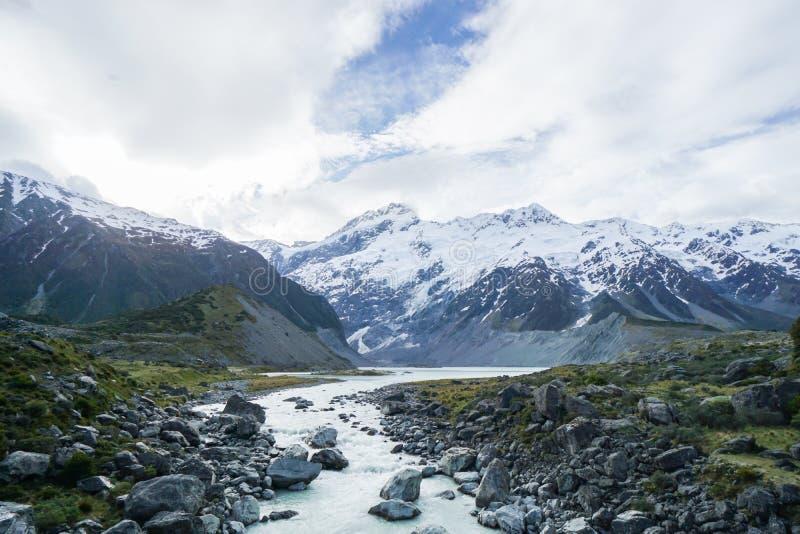 水路和湖沿山脉在新西兰 图库摄影