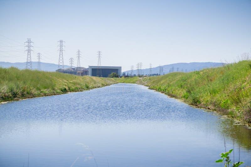 水路在旧金山湾,美国航空航天局艾姆斯研究中心在背景中,山景城,加利福尼亚 免版税图库摄影