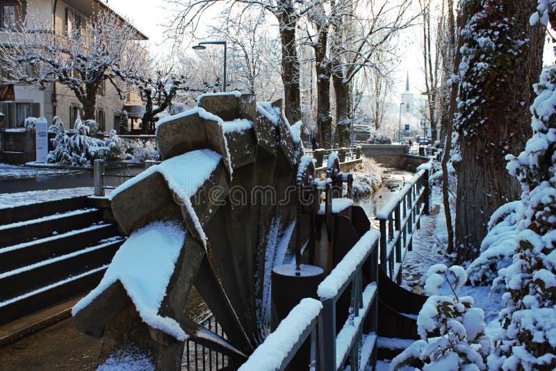 水车的特写镜头在Lyssbach溪的在利斯的中心,瑞士城市 库存照片