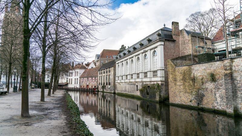 水运河风景在布鲁日在冬天,富兰德,比利时的都市风景 免版税库存图片