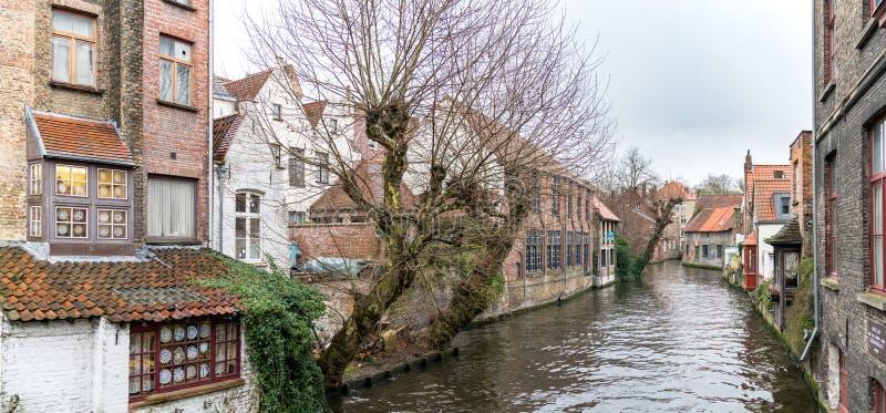 水运河风景在布鲁日在冬天,富兰德,比利时的都市风景 免版税库存照片