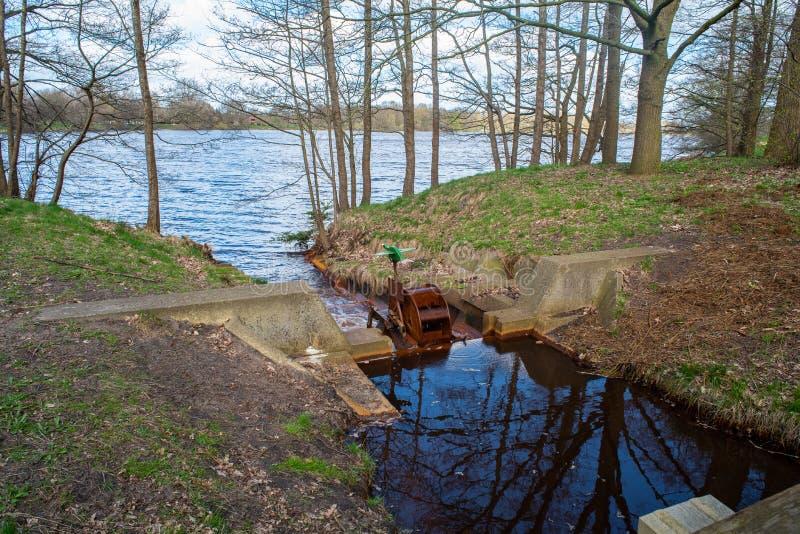 水通过自然总是寻找它的道路 免版税库存图片